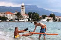 Klienti Arkadie spolu se studenty dubského gymnázia v Dalmacii.