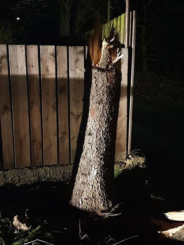 Silný vítr zasáhal Teplicko, polámal stromy a přetrhal dráty.