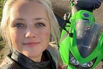 Měla být kluk. Kristýna Svobodová má ráda zbraně i motorky.