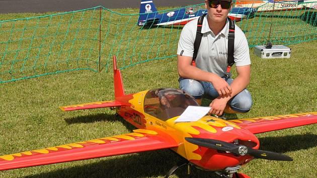 Obří modely letadel ve vzduchu i na zemi