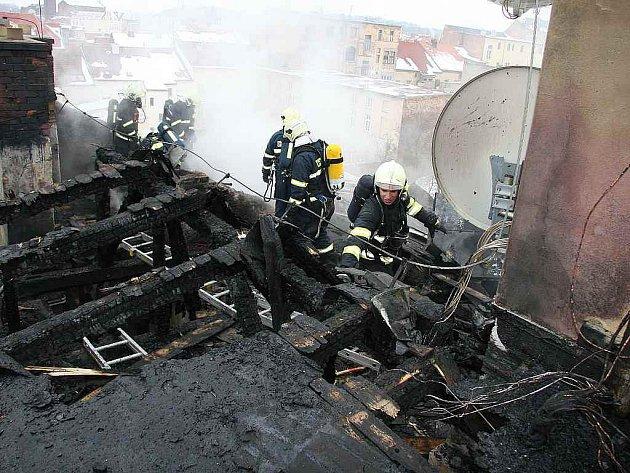 Požár půdy a střechy domu v centru Teplic
