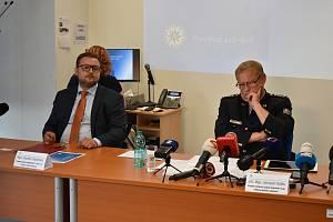 Vlevo Radim Kadleček, krajský státní zástupce. Vpravo Jaromír Kníže, krajský ředitel Policie ČR v Ústí nad Labem.