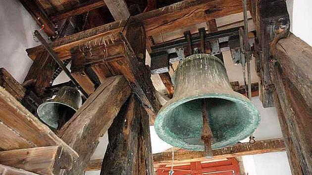 Kostel s. Petra a Pavla v Jeníkově se může pochlubit jedním z nejstarších zvonů v regionu.