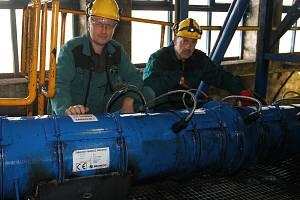 Jiří Filipovský (vlevo) a Jan Holý - tvůrci unikátního míchače odprašků u průmyslového vysavače v HZ II.