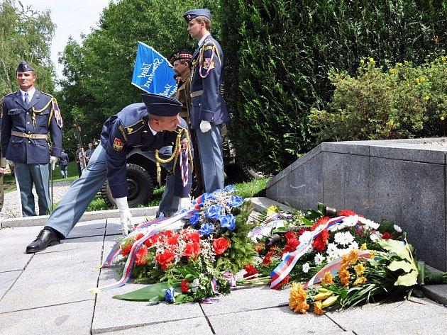 Pietní akt k uctění památky padlým americkým letcům.