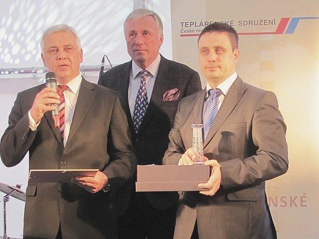 Vladimír Gult (vlevo), generální ředitel ČEZ Teplárenská, a. s., cenu předával Mirek Topolánek, předseda výkonné rady Teplárenského sdružení ČR. Vpravo s křišťálovým komínem stojí Petr Hodek, obchodní ředitel ČEZ Teplárenské.