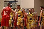 První finálový zápas Severočeské ligy vyhrál Chomutov (červené dresy).