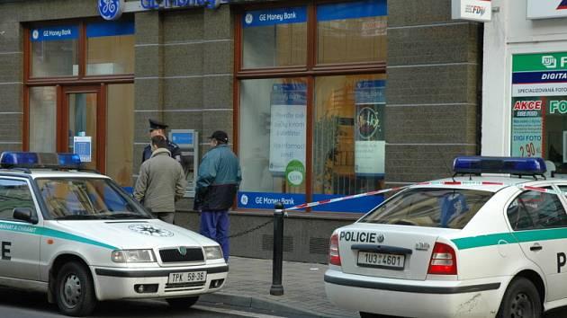 Anonym ohlásil bombu v teplické bance GE Money Bank. V okolí dohlížejí policisté.