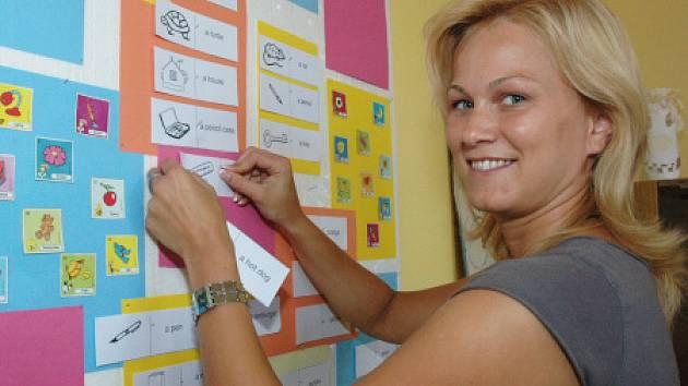 Paní učitelka připravuje nástěnku