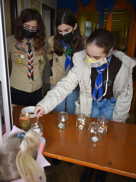 Betlémské světlo rozdávali skauti v Teplicích ze své klubovny v Jiráskově ulici.