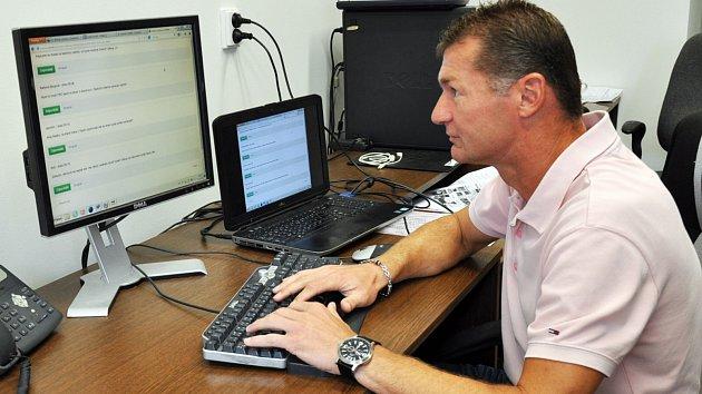 Fotbalista Radek Divecký odpovídá v ON LINE rozhovoru na dotazy čtenářů v redakci Teplického deníku.