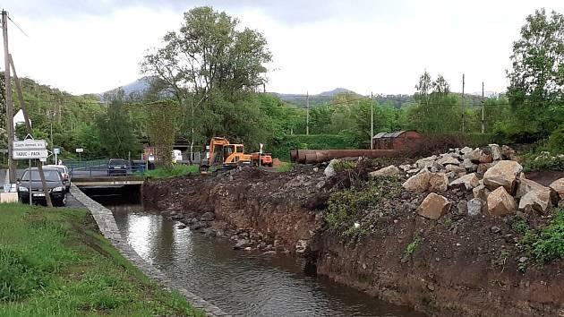 Oprava koryta potoku Bystřice v Kozlíkách na Teplicku.