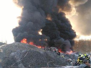 Požár v ulici Na Moráni v Chomutově ve třídírně odpadu.