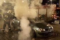 Požár vraku auta v Teplicích.