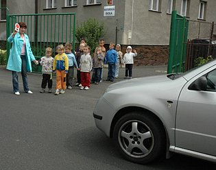 Před školkou ve Sládkově ulici nebyl původn přechod ani značení.