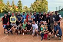 Tenisté při pohodovém turnaji v Košťanech