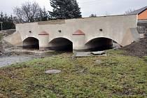 Opravený most v Lahošti se už zase rozpadá.