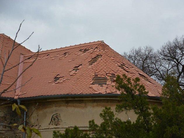 Poničená střecha kostela sv. Jakuba Většího v Mrzlicích.
