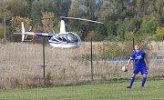 Těsně za hřištěm v Srbicích při zápase s FK SEKO Louny stál zaparkovaný vrtulník.