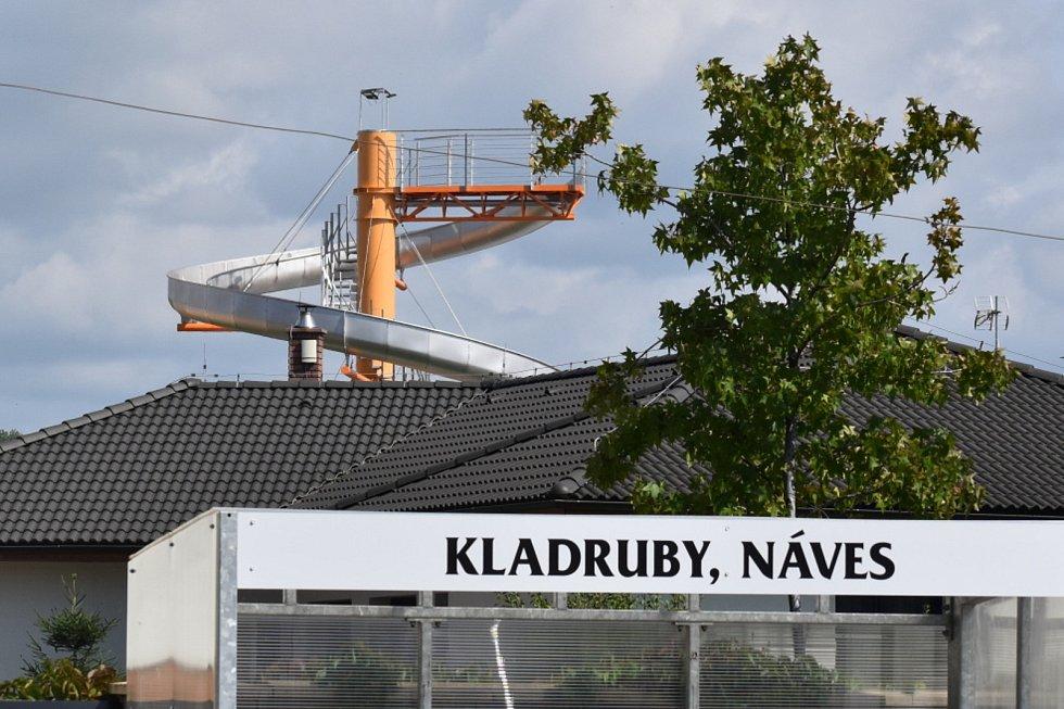Jako maják pro lodě na moři se tyčí velký tobogán na soukromé zahradě mezi domy v Kladrubech na Teplicku. Nepřehlédnutelný je z řady míst v obci. Pro místní se stal atrakcí. Napjatě vyhlížejí, kdo po něm bude jezdit.