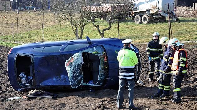 Nehoda v Žalanech, 18.3. 2015, auto vylétlo v zatáčce do pole.