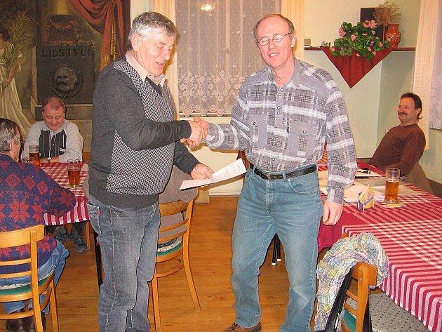Václav Malý vpravo) byl jmenován do funkce velitele SDH Štichov. Na snímku se starostou obce Ladislavem Šindelářem.