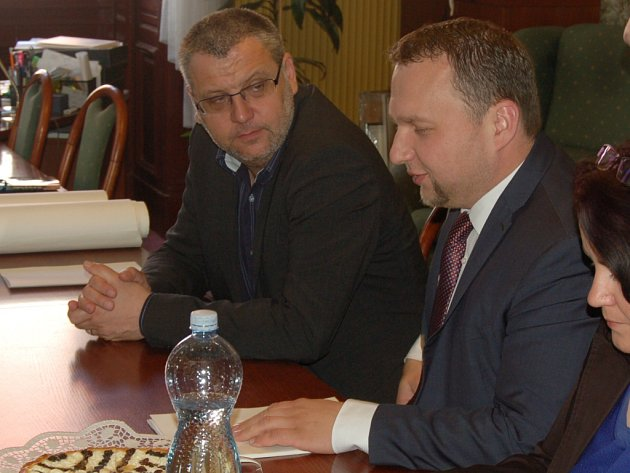 Ministr zemědělství Marián Jurečka (vpravo) při jednání se starostou Domažlic Miroslavem Machem.