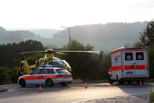 ZMÍSTA NEHODY MOTOCYKLISTY VE FOLMAVĚ. Zasahoval tam lékař a záchranáři zBavorského Červeného kříže a také vrtulník německého autoklubu ADAC.