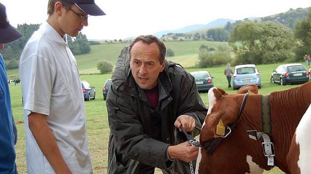 VÁCLAV ŠALOUN PŘI MRÁKOVSKÉ VÝSTAVĚ. Horšovskotýnským studentům, kteří krávy vodili, ukazoval, jak správně nasadit speciální ohlávku.