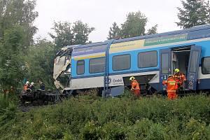 Jeřáb nejdříve odstranil zdevastovaný vagon rychlíku a snesl ho pod násep, pak dostal lokomotivu i celou soupravu osobního vlaku zpátky na koleje.