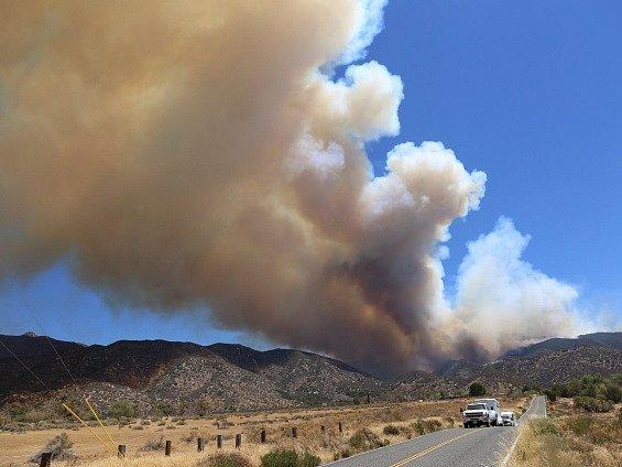 Požár zuří v blízkosti velké vodní nádrže Silverwood Lake v horské oblasti San Bernardino.