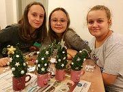 Děti i jejich rodiče si v pátek v kdyňské knihovně vyrobili vánoční dekorace.