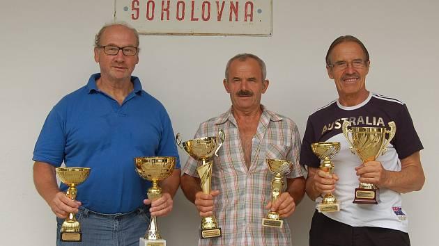 Bedřich Řechka, Jan Kralovec a Ladislav Verner (zleva) se z plzeňských mezinárodních seniorských her vrátili s mnoha poháry.