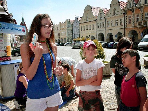 Jak zacházet s léky ukazuje Anna Větrovcová dětem ze Základní školy praktické na jednom z protiúrazových stanovišť na domažlickém náměstí.