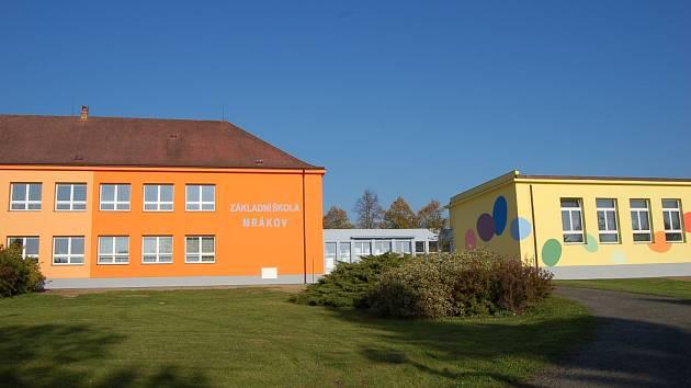 MRÁKOVSKÁ ŠKOLA.  Škola dostala v roce 2010 nový ´kabát´, ale tím její vylepšování neskončilo.