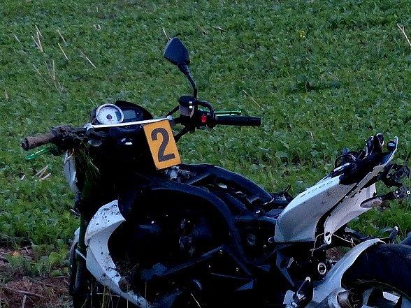 Z místa dopravní nehody dvou motocyklů.