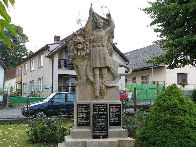 Pomník obětem válek v Újezdě je jako nový.