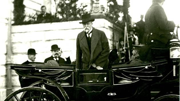T.G.Masaryk při návštěvě Domažlic před tamním nádražím.
