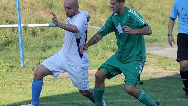 V Domažlicích se půjde dnes na derby. Dorazí rival z Holýšova, jehož dres hájí také Roman Šimka (ve světlém).