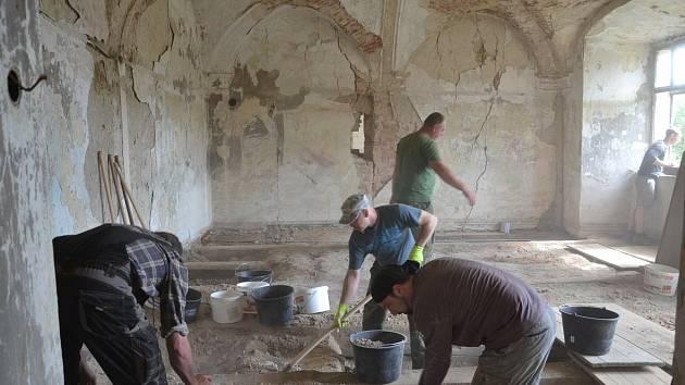Práce na zámku v Čečovicích a odhalování trámů. Foto: Zámek Čečovice