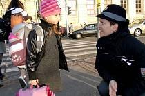 ZEBRA SE ZA TEBE NEROZHLÉDNE. Děti musely policistce Dagmar Brožové správně odpovědět na její otázku, aby si mohly vybrat dárek.