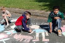 Malování na asfaltu. Všem se moc líbil děda Pepa trojice (zleva) Tomáš Nový, Daniel Lehman a Slávek Červeňák.