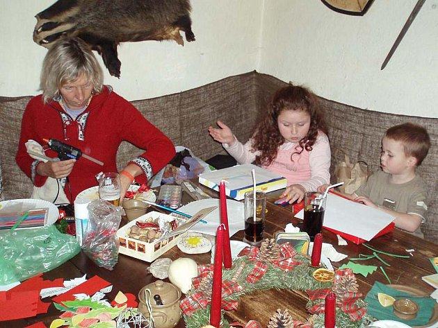 VYRÁBĚLY PŘÁNÍČKA. Čtyřletá Natálka a dvouletá Jolanka s maminkou předaji výrobky 23. prosince seniorům ve Kdyni.