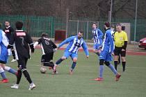 Fotbalisté FK Staňkov (na snímku z přípravného utkání proti kombinovanému týmu Robstavu Přeštice jsou v modrých dresech) se v generálce na start jarní části sezony krajského přeboru utkají v sobotu se Sokolem Plzeň-Křimice.