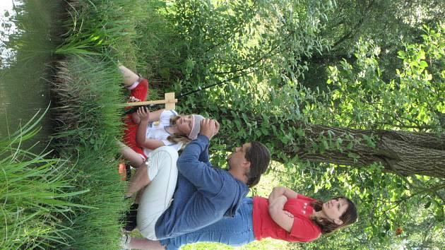 ČEKÁNÍ NA KAPŘÍKA. děti rybařili za pomoci svých rodičů.
