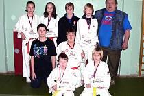 JUDISTÉ Z POBĚŽOVIC. Tři zlaté, dvě stříbrné a jednu bronzovou medaili vybojovali poběžovičtí judisté v K. Varech.