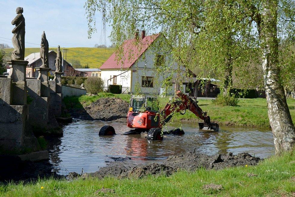 Kráčivý bagr v těchto dnech čistí koryto řeky v Bělé nad Radbuzou. Foto: Blanka Triščová