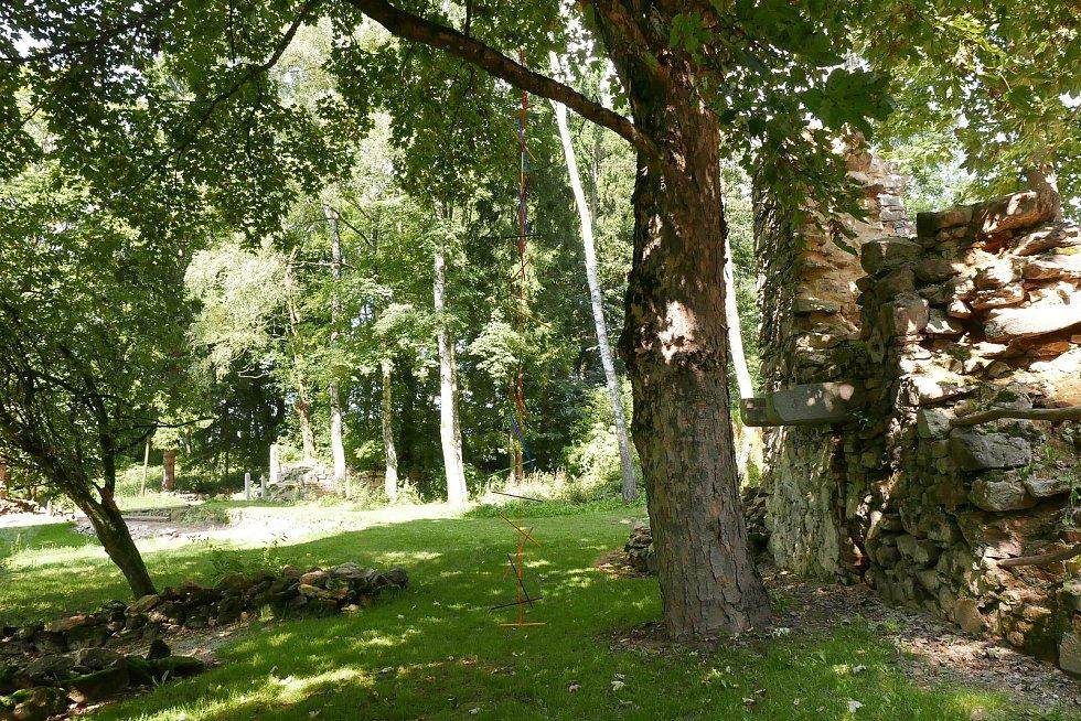 Čeští i němečtí studenti znovu oživili zaniklou obec Lučina. Instalovali sem umělecká díla. Foto: Aleš Hnízdil