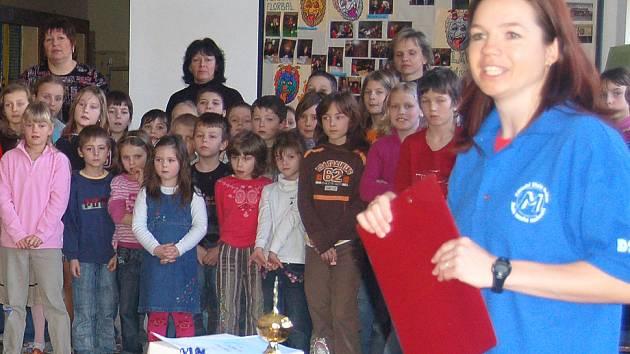 UČITELÉ MAJÍ SVÁTEK. Školáci by dnes měli poděkovat svým pedagogům. Ti na děti nezapomínají a každý jejich úspěch patřičně slaví, jako například učitelé v mrákovské škole (na snímku).