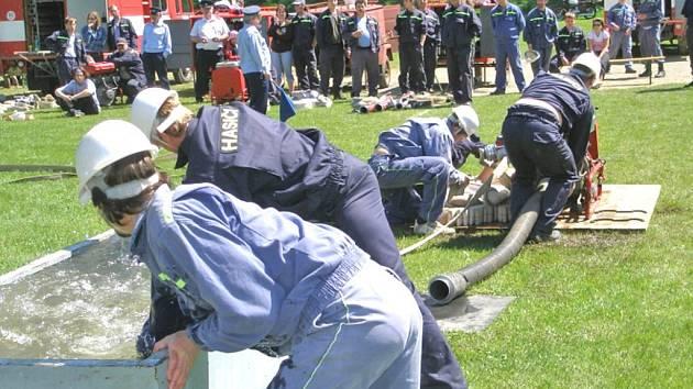 SDH Újezd Svatého kříže se každoročně účastní okrskové soutěže v požárním sportu v Hostouni.